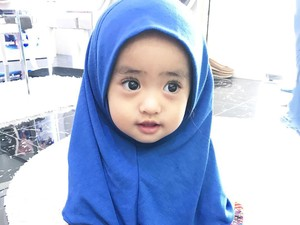 Foto: So Cute! 8 Foto Menggemaskan Bayi Oki Setiana Dewi Saat Berjilbab