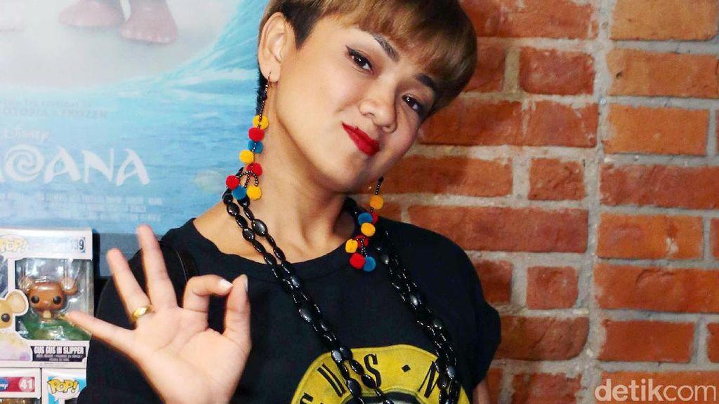 Rock It! Gaya Nirina Zubir dengan Kaus Band