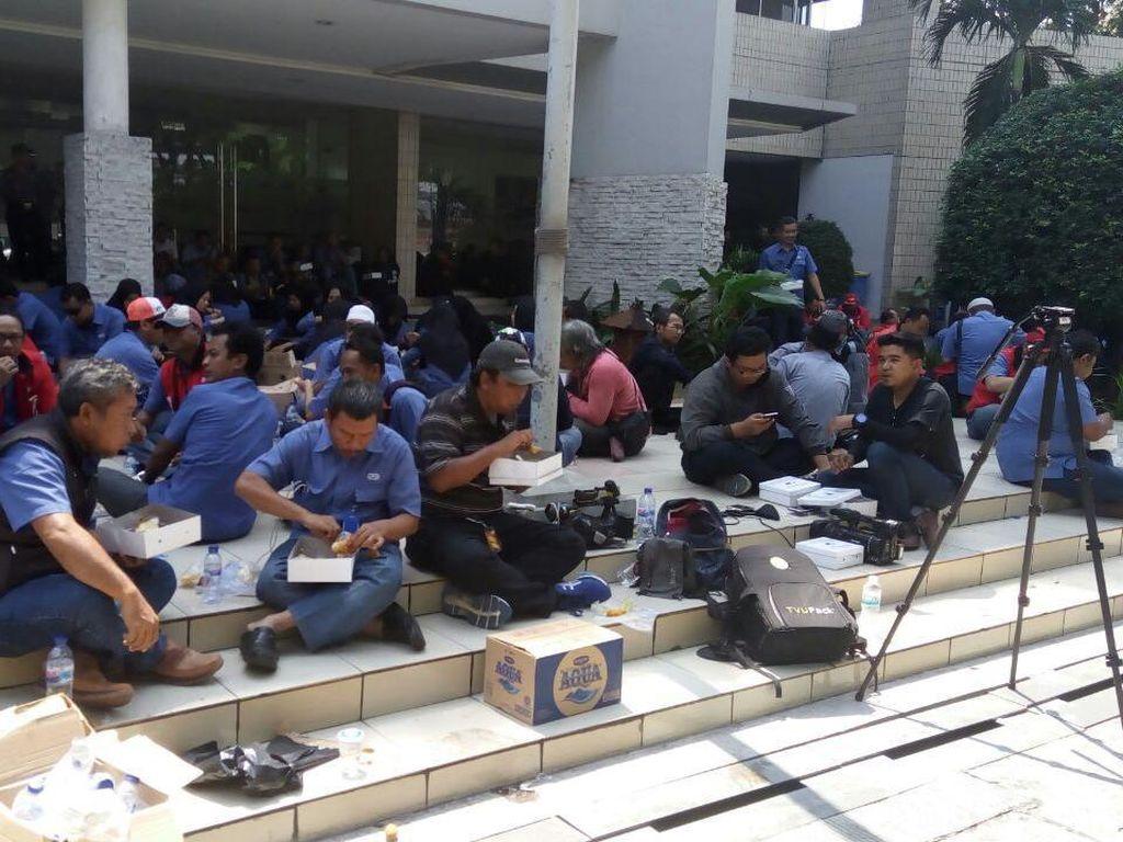 Pekerja JICT yang Ikut Mogok Kerja Makan Siang di Depan Kantor
