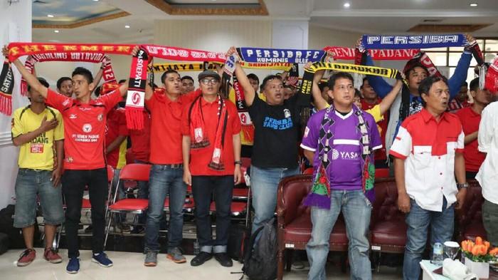 Suporter Indonesia bertemu di Kantor Kemenpora (Foto: pool)