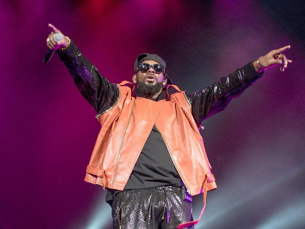 Disoraki Penonton karena Doakan R Kelly, Erykah Badu Bela Diri