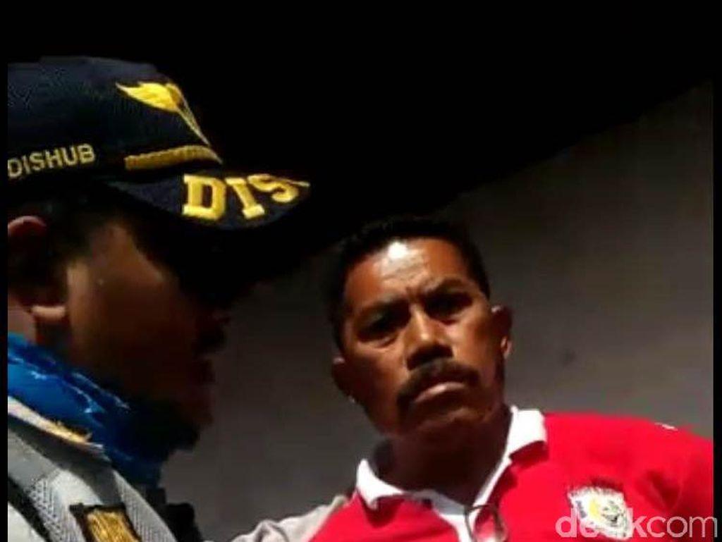 Video Pemotor Marah Saat Ditegur Petugas karena Naiki Trotoar