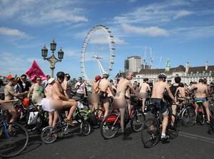 Aduh... Masa Naik Sepeda Sambil Telanjang!