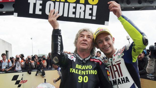 Valentino Rossi ketika merayakan kemenangan ke-90 bersama Angel Nieto.