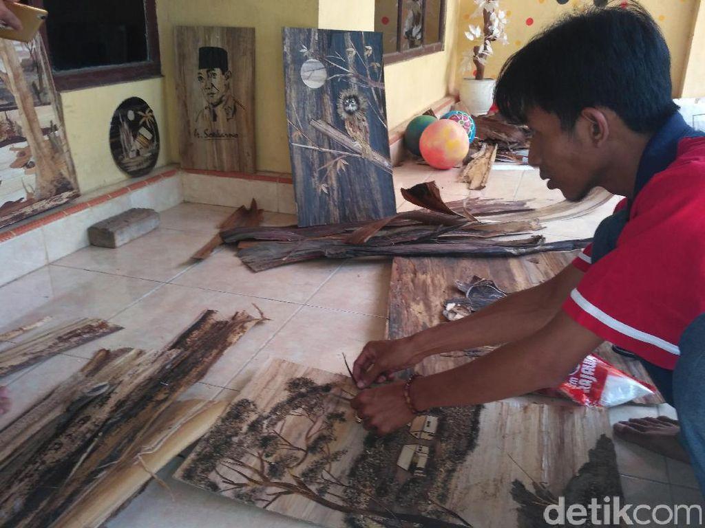 Kreatif, Pria Ini Buat Lukisan Berbahan Pelepah Pisang Kering
