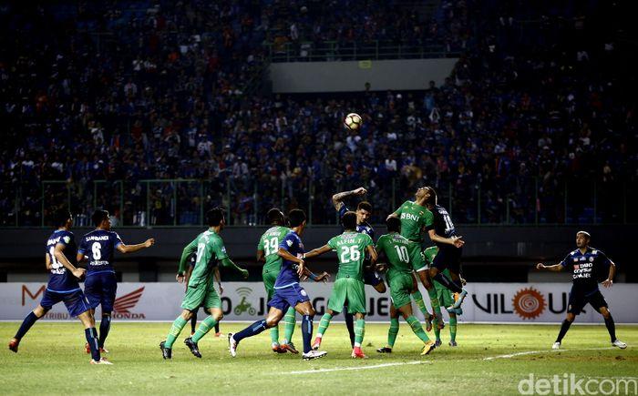 5 menit laga dimulai, Bhayangkara FC langsung mengejutkan tim tamu lewat gol dari Dendi Sulistyawan. Pertandingan digelar di Stadion Patriot Candrabhaga, Bekasi, Jawa Barat, Jumat (4/8/2017).