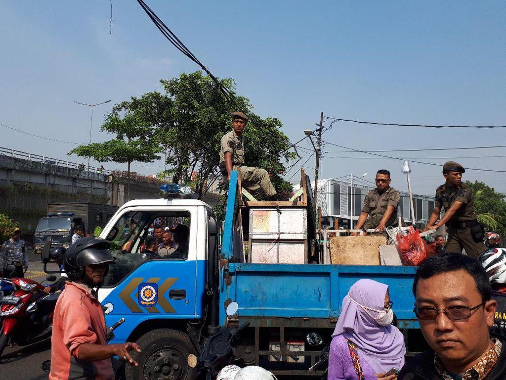 Tertibkan Trotoar Jatibaru, Petugas Angkut 23 Motor dan 45 Lapak
