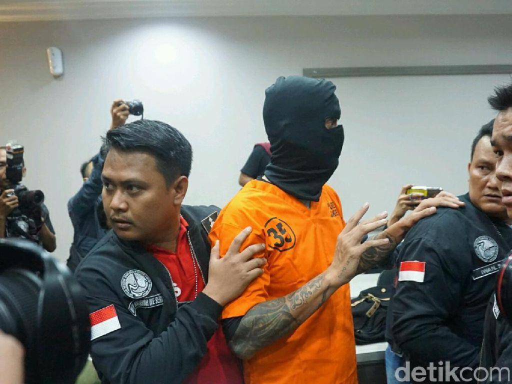 Foto: Jadi Tersangka, Tora Sudiro Lambaikan Tangan