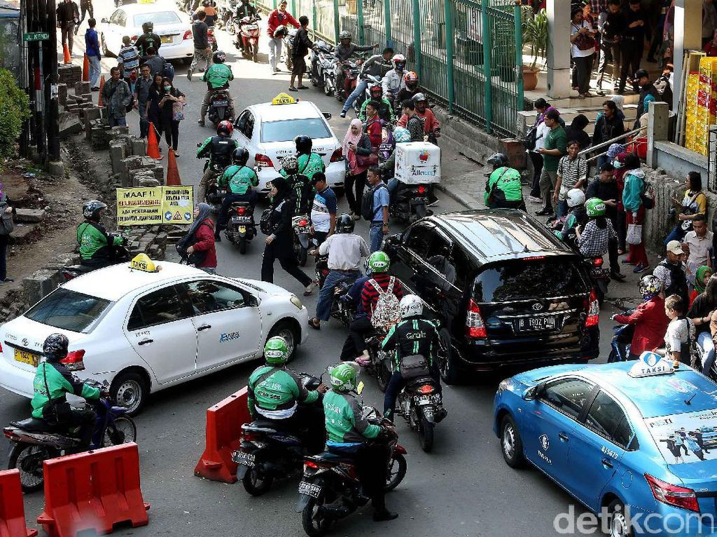 Foto: Ojek Bandel Bikin Macet Jalan Stasiun Sudirman