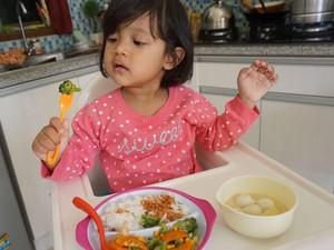Jangan Salah, Kunyah Makanan Bisa Bantu Cegah Gigi Anak Berlubang