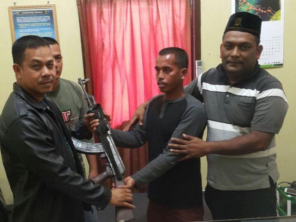 Petani di Aceh Temukan Senjata AK-47 di Tumpukan Kayu