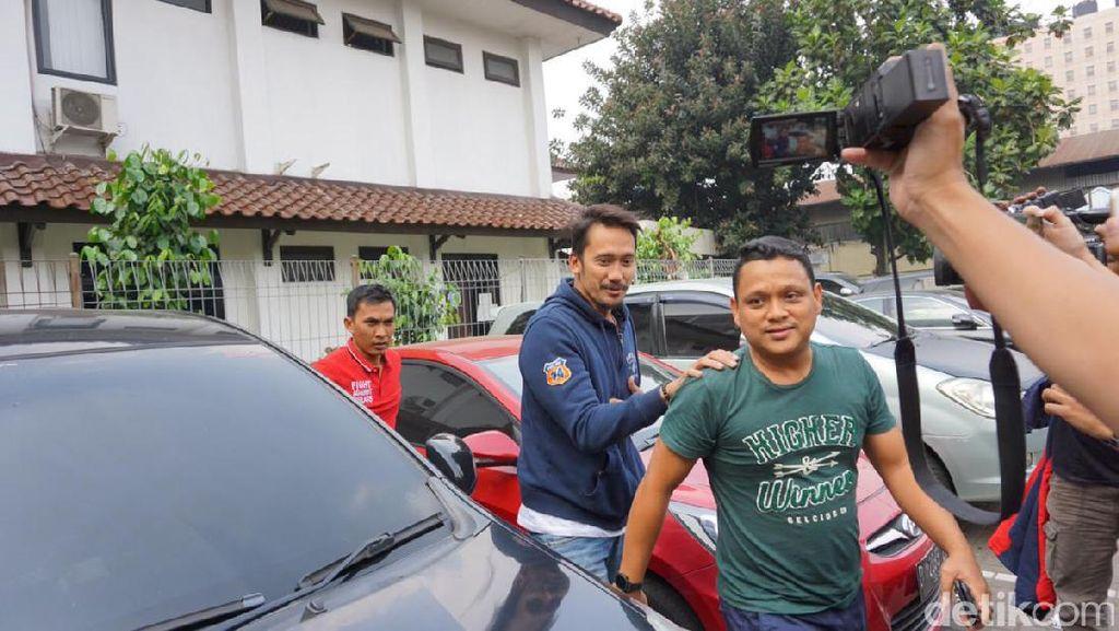 Foto:  Datang ke BNN, Tora Sudiro Tabrakkan Diri ke Pagar