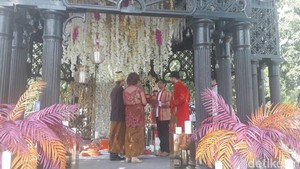 Saat Warga Rusia Heboh Menjadi Pengantin Tradisional Indonesia