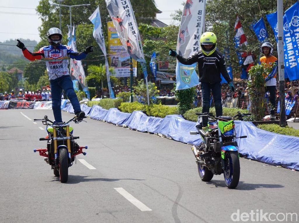 Foto: Aksi Freestyle Kakak-Adik Bersama Yamaha R6 dan MT-25