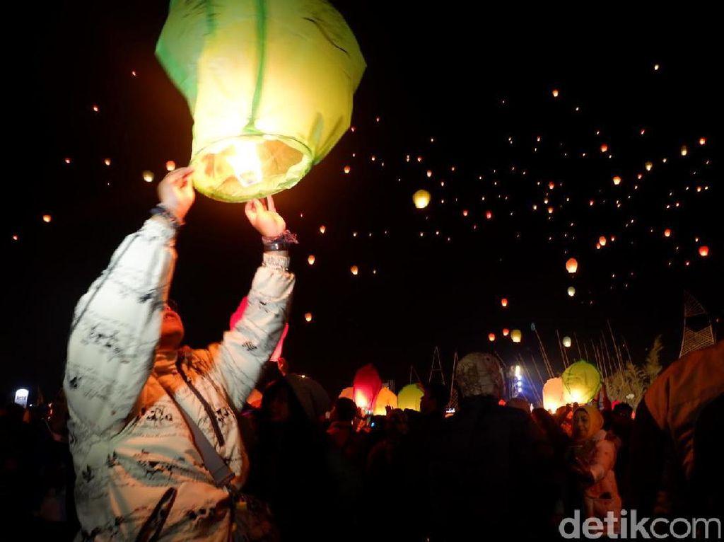 Ribuan Lampion Diterbangkan di Candi Arjuna Dieng