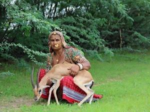 Foto: Ibu-ibu yang Menyusui Rusa