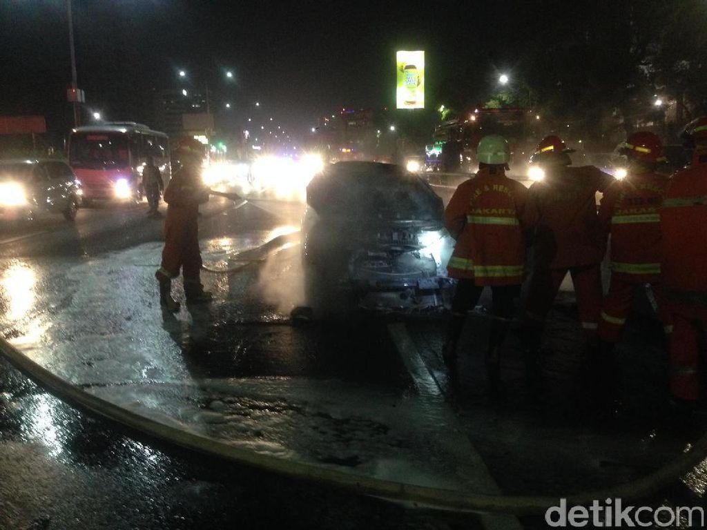 Mobil Terbakar di KM 1 Tol Dalkot Arah Cawang Berhasil Dipadamkan