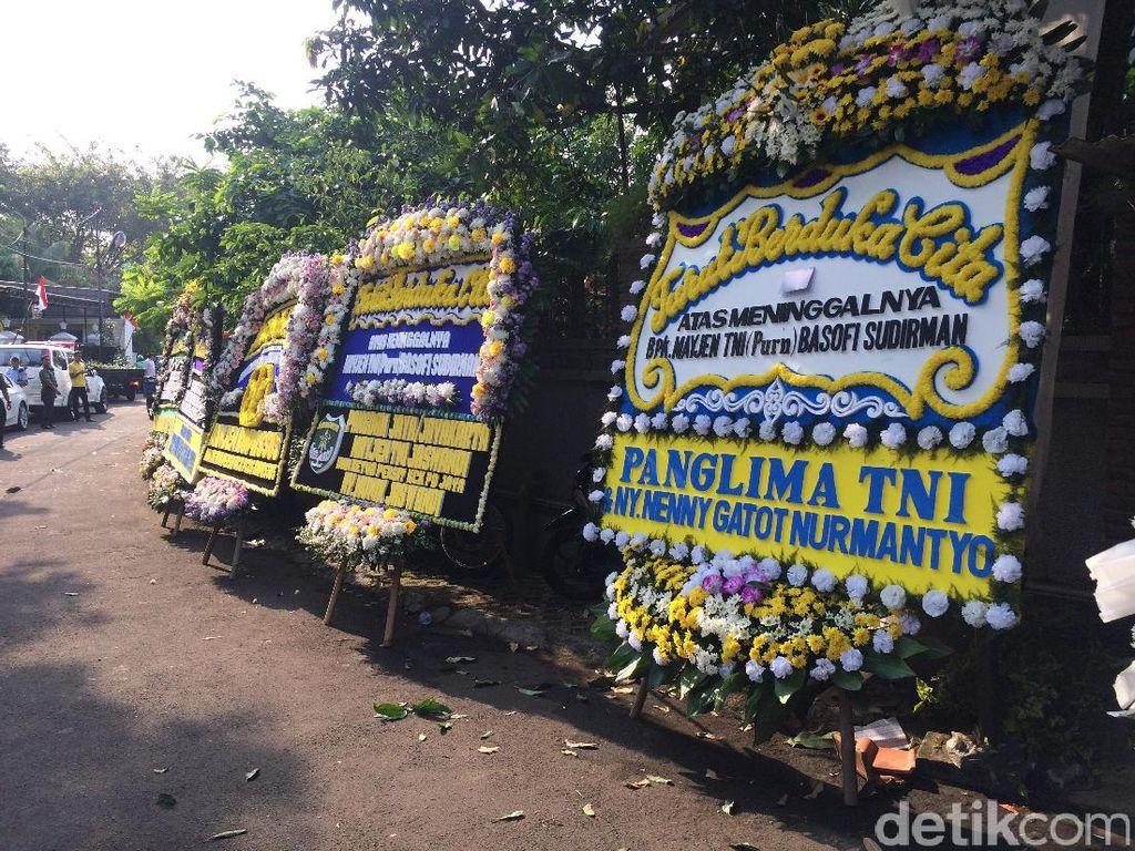 Jejeran Karangan Bunga Elite TNI untuk Almarhum Basofi Sudirman