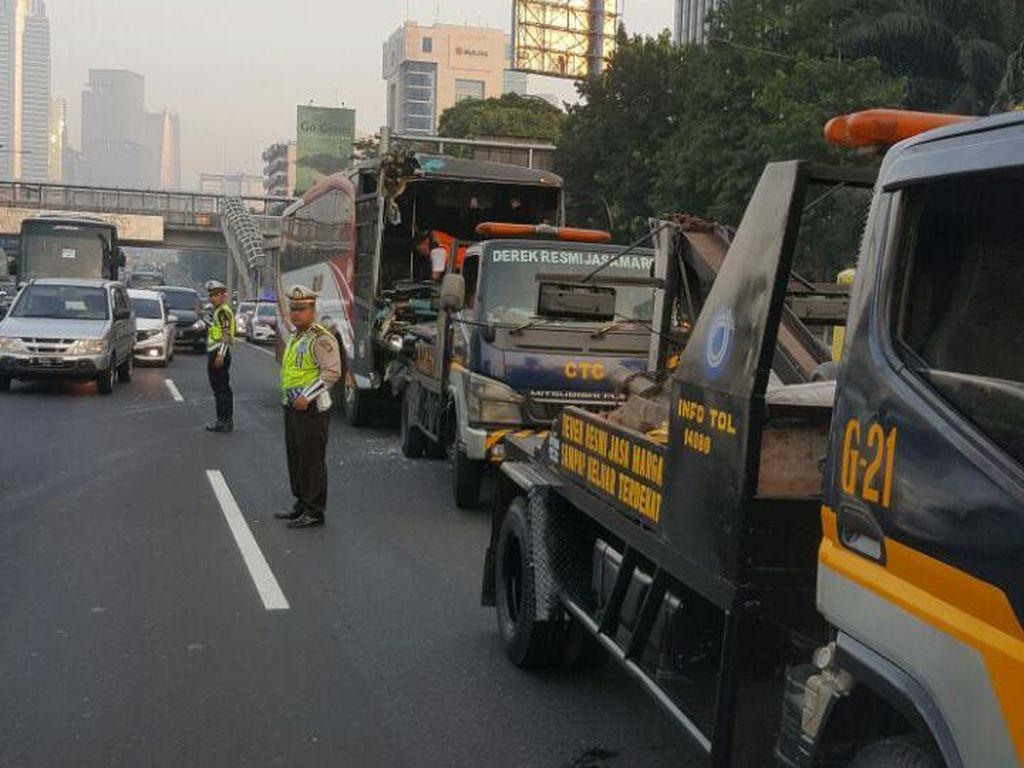 Ada Kecelakaan Bus, Tol Kuningan Arah Cawang Macet