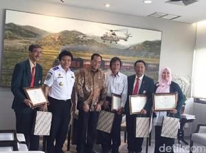 Tolong Penumpang yang Sakit di Pesawat, 4 Dokter Terima Penghargaan
