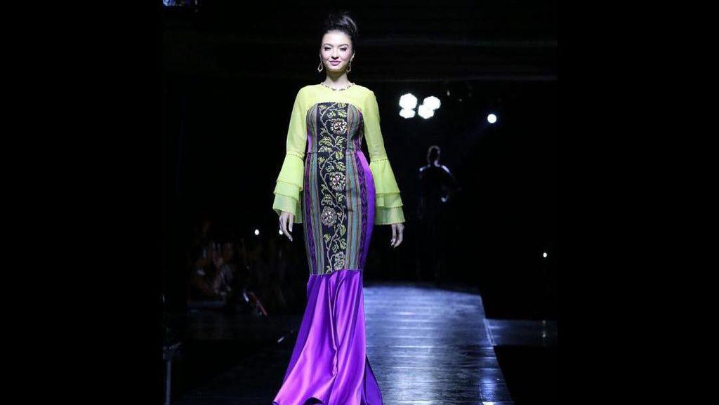 Foto: Raline Shah Selalu Cantik dengan Kain Indonesia Bahkan Saat Naik Bajaj