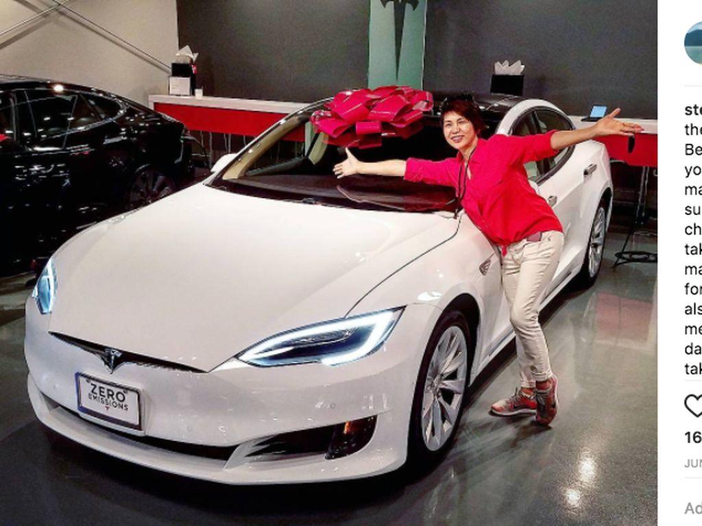 Anak Muda Berbakti Ini Belikan Ibu Mobil Mewah