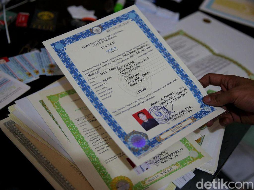 Polda Jabar Tahan 9 Tersangka Pemalsuan Dokumen Sertifikasi Guru