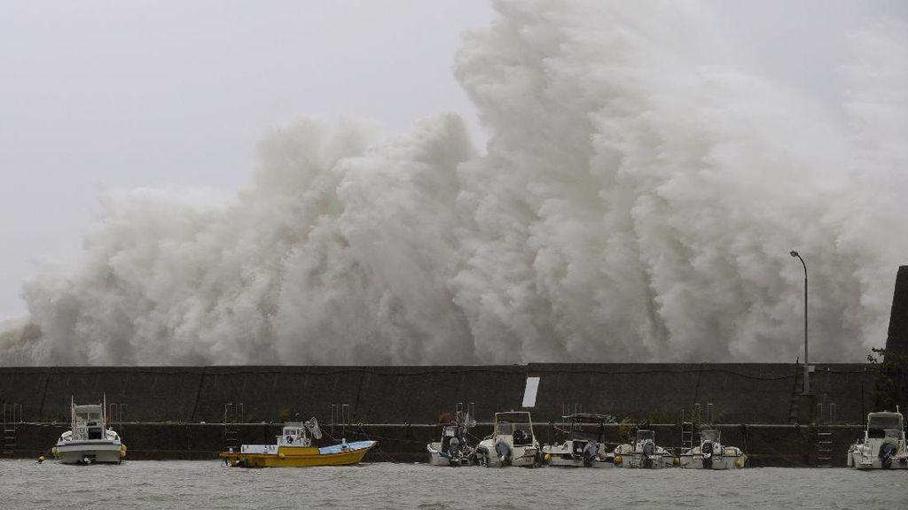 Foto: Ngeri! Begini Tinggi Gelombang Akibat Topan Noru di Jepang