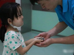 Bikin Nangis, Kisah Haru di Balik Foto Gadis Kecil Kasih Koin ke Ayahnya
