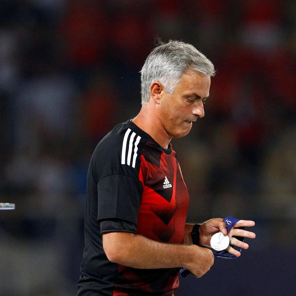 Mourinho Berikan Medali Piala Super Eropanya ke Penggemar Cilik