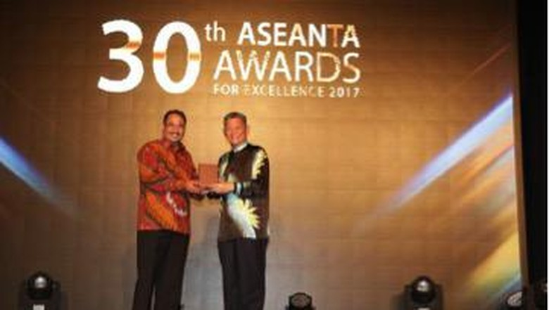 Menteri Pariwisata Arief Yahya memperlihatkan penghargaan ASEANTA Awards (Foto: Kemenpar)