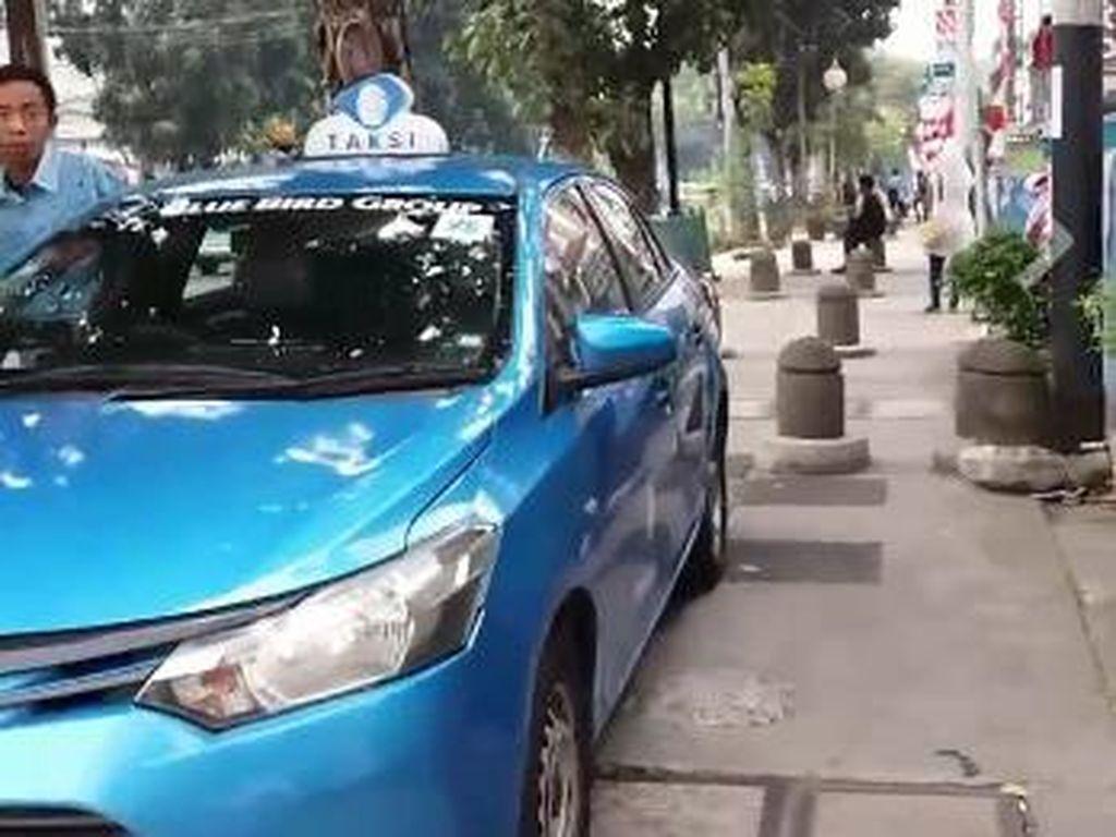 Taksi Parkir di Trotoar, Pejalan Kaki vs Sopir Heboh Adu Mulut
