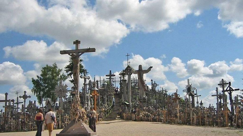 Foto : Bukit Salib Lithuania, Lambang Pengorbanan & Cinta