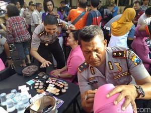 Puluhan Polisi di Probolinggo Merias Wajah Istri