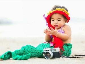 Foto: Gemas! Saat si Kecil Berpose Seperti Putri Duyung
