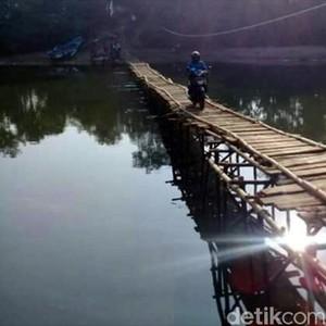 Akses Jalan Buruk, Guru Honorer di Cianjur Lewati Jembatan Reyot Ini