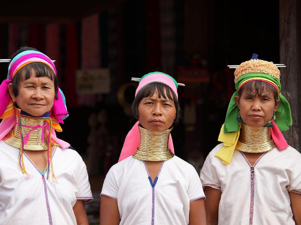 Foto: Wanita yang Lehernya Panjang-panjang di Thailand