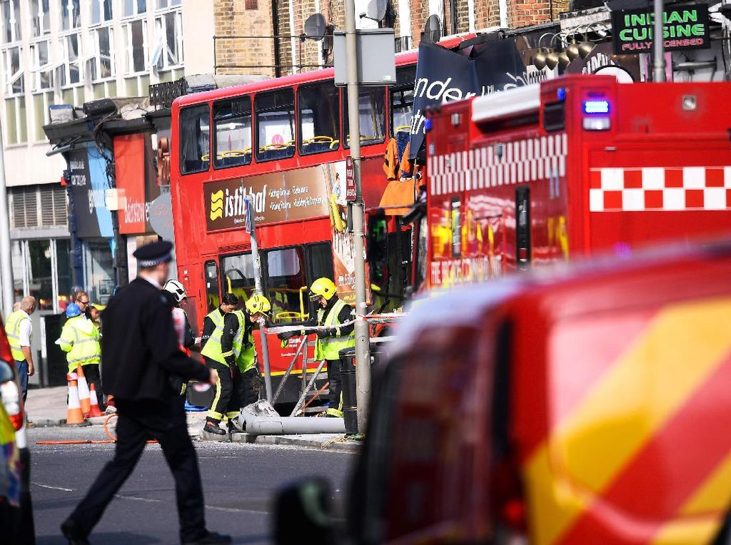 Bus Double Decker Tabrak Toko di London