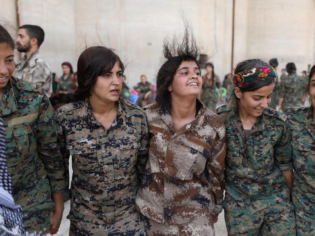 Foto : Melihat Tentara Wanita di Medan Perang Suriah