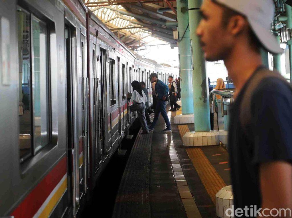 KRL Bekasi-Jakarta Kota Kena Gangguan, Kereta Jadi Antre Melintas