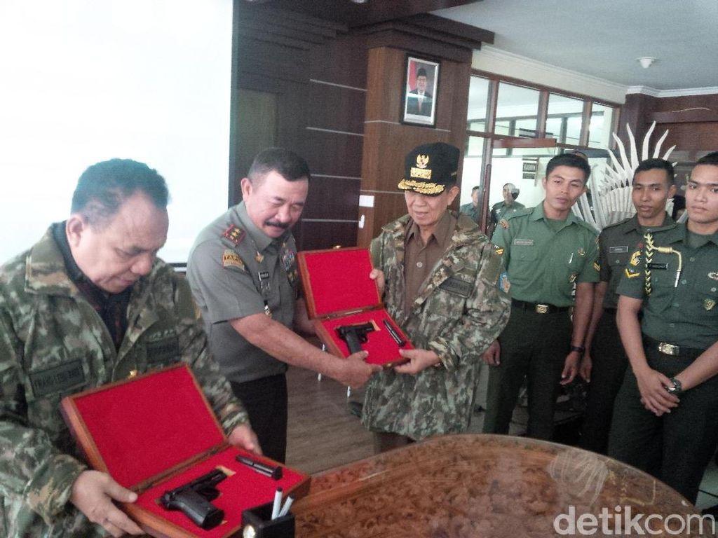 Pangdam Udayana Serahkan Pistol ke Gubernur Bali, NTB, dan NTT