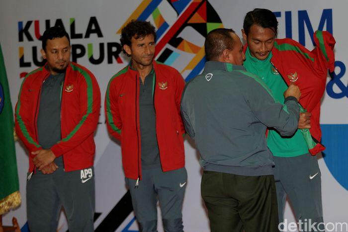 Ketua Umum PSSI, Edy Rahmayadi resmi melepas timnas sepakbola dan futsal menuju SEA Games 2017 di Kuala Lumpur, Malaysia.