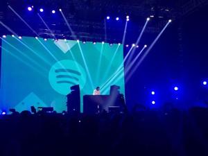 <i>Petjah</i>! Aksi Dipha Barus Tutup Spotify On Stage