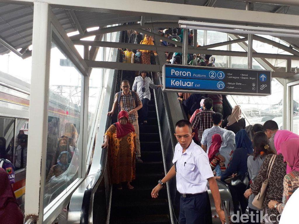 Kata Penumpang soal Peraturan Eskalator di Stasiun Tanah Abang