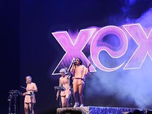 Sakit Tenggorokan, Charli XCX Batalkan Manggung di Jepang