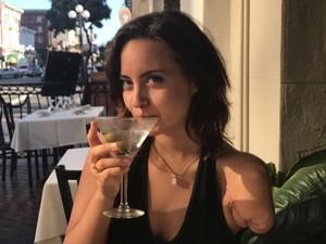 Viral, Wanita yang Hanya Punya Satu Tangan Ini Dicari Netizen di Tinder