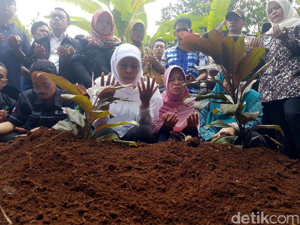 Mensos Khofifah Pimpin Doa di Makam Bocah yang Tewas di Sekolah
