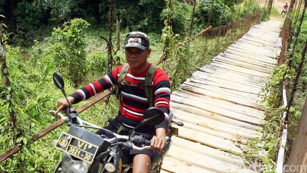 Kepala Desa Suruh Tembawang, Gak Mulyadi /