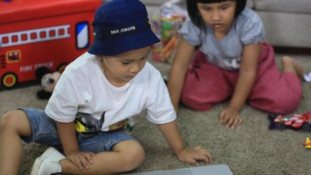 Ilustrasi anak mengakses internet