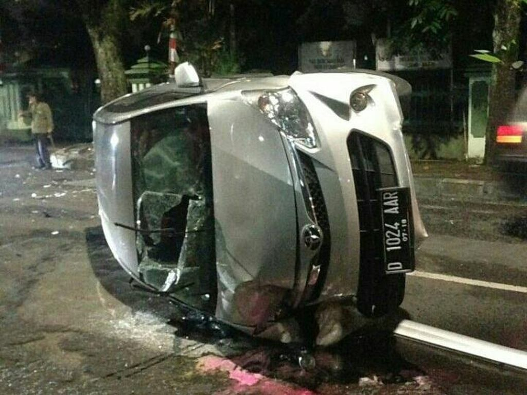 Disalip Motor, Minibus Terguling di Jalan Sumbawa Bandung
